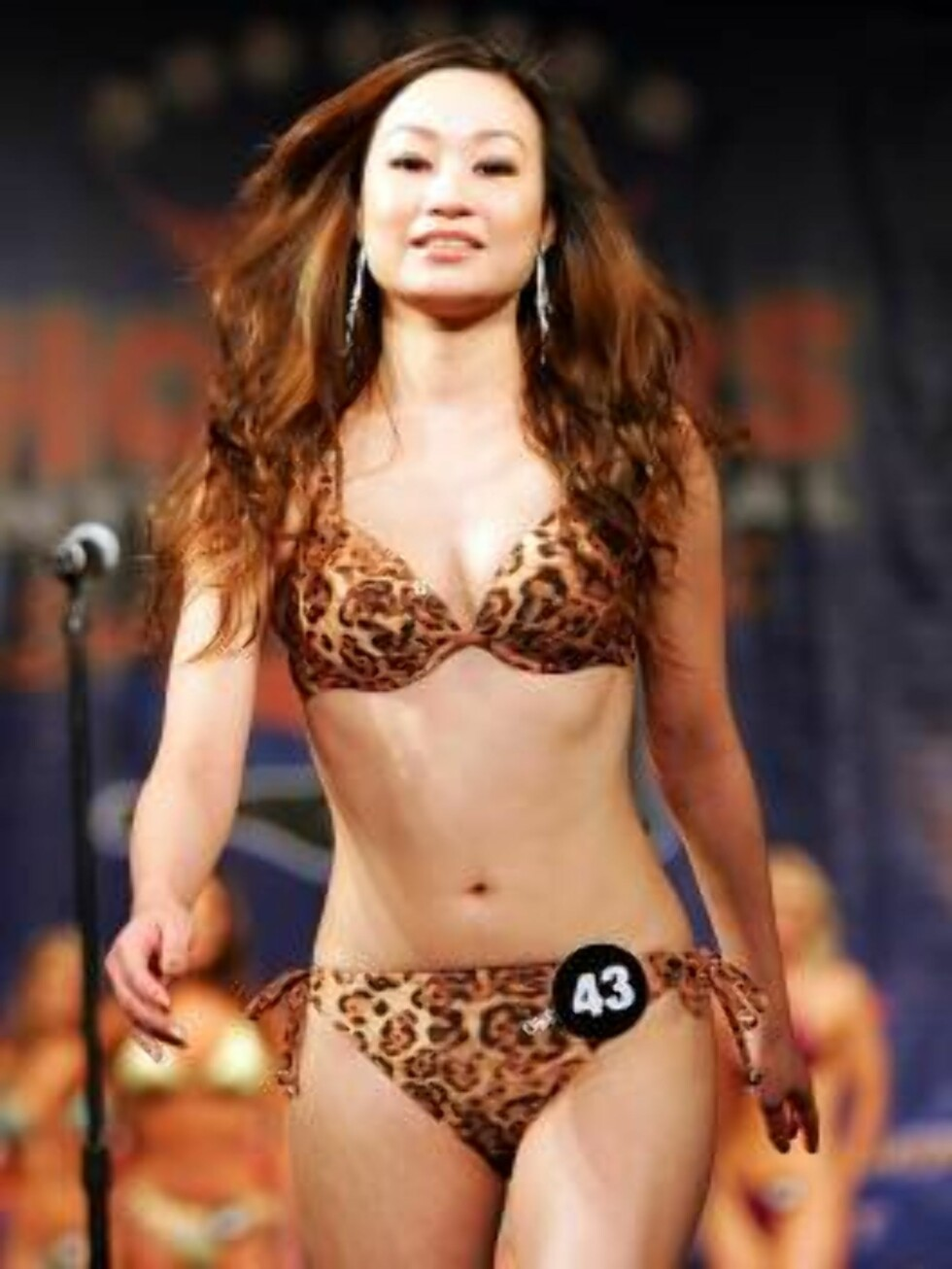 LAS VEGAS - JULY 24:  Stella Lin of Taiwan competes in a preliminary preview of the 10th annual Hooters International Swimsuit Pageant at the Aladdin Casino & Resort June 24, 2006 in Las Vegas, Nevada. Over 120 Hooters girls who work in one of the company Foto: All Over Press