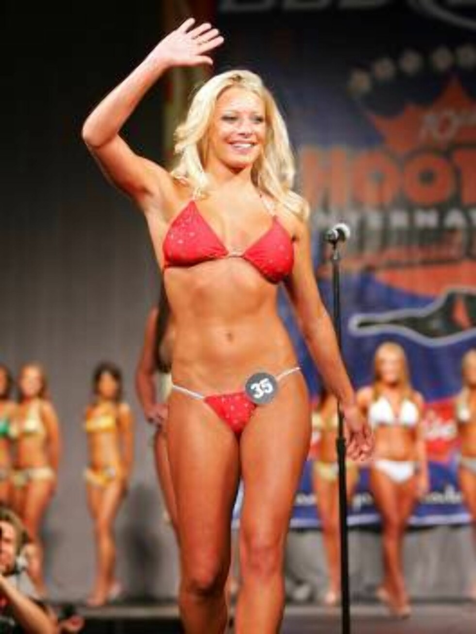 LAS VEGAS - JULY 24:  Jessica Pribanic of Ohio competes in a preliminary preview of the 10th annual Hooters International Swimsuit Pageant at the Aladdin Casino & Resort June 24, 2006 in Las Vegas, Nevada. Over 120 Hooters girls who work in one of the com Foto: All Over Press