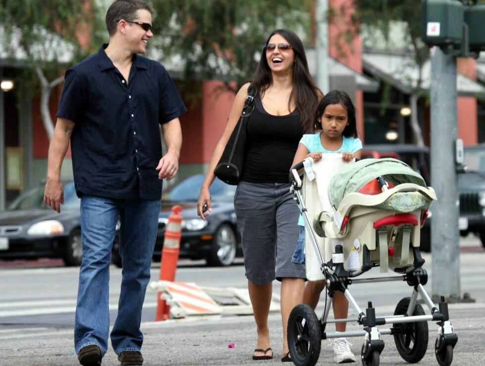 LYKKELIG FAMILIE: Matt Damon og kona Luciana smilte fra øre til øre. Foto: All Over Press