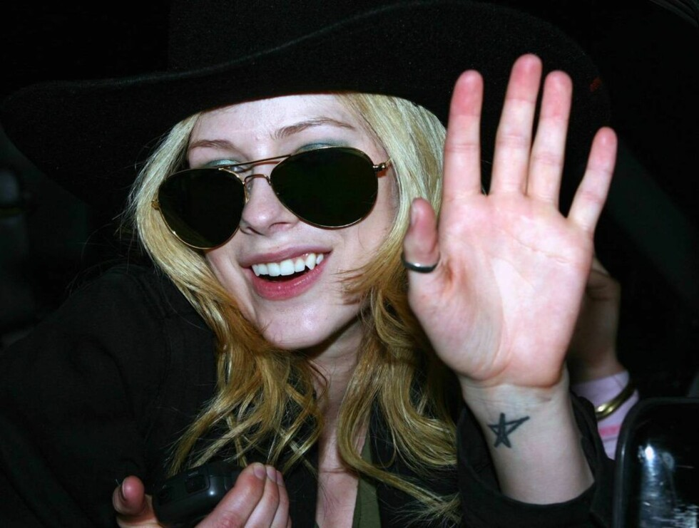 <strong>Code:</strong> X17XX8 - no code, Los Angeles, USA, 26.04.2005: Raucous rock-n-roller Avril Lavigne parties hard at club Element in L.A.  The pint-sized singer goes clubbing even during the week and, apparently drinks heavily on her nights out!  Here, Lavigne goofe Foto: All Over Press