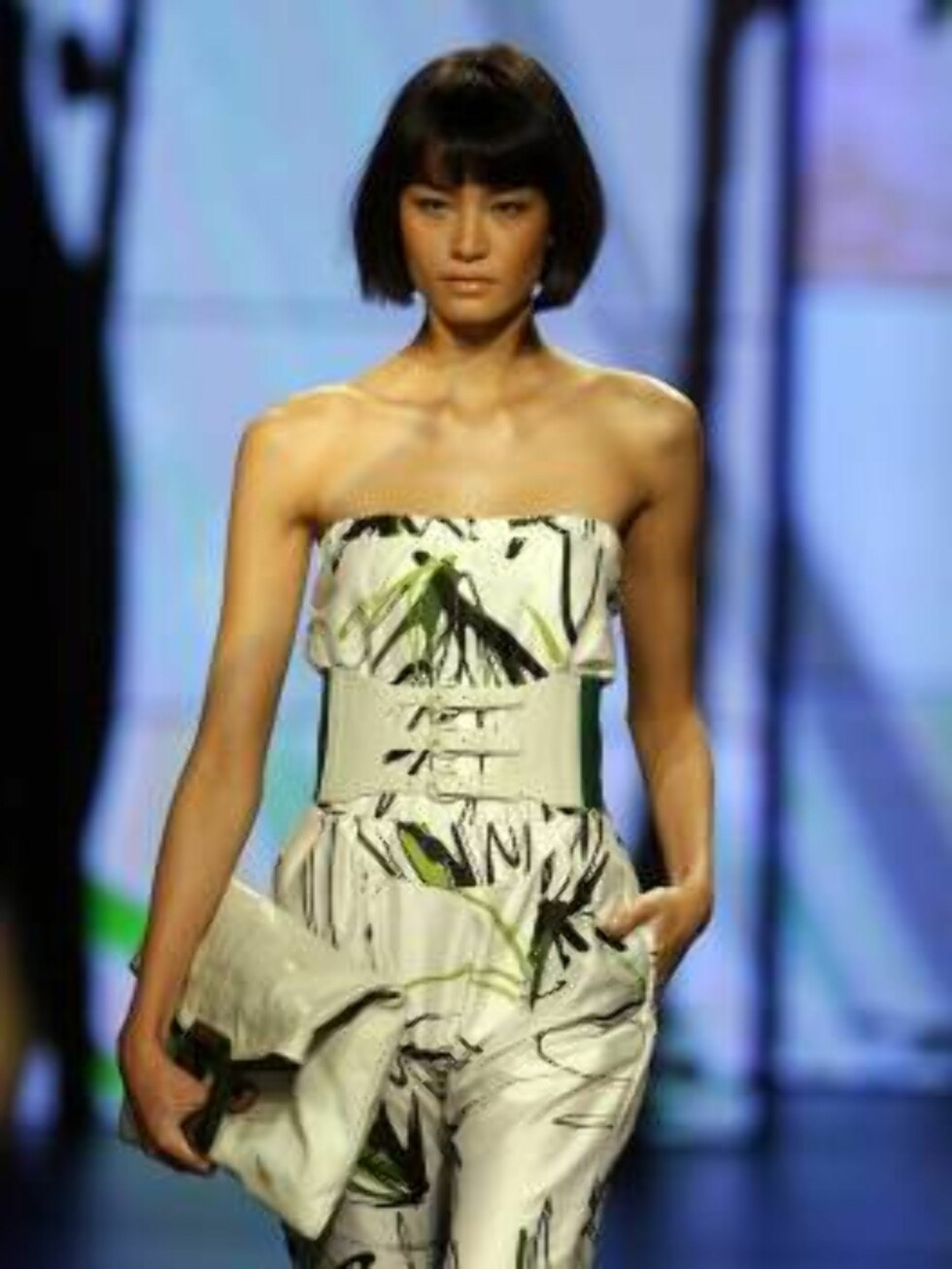 A model wears a Osklen design during the Sao Paulo Fashion Week in Sao Paulo, Brazil, on Friday, July 14, 2006. (AP Photo/Andre Penner) Foto: AP/Scanpix