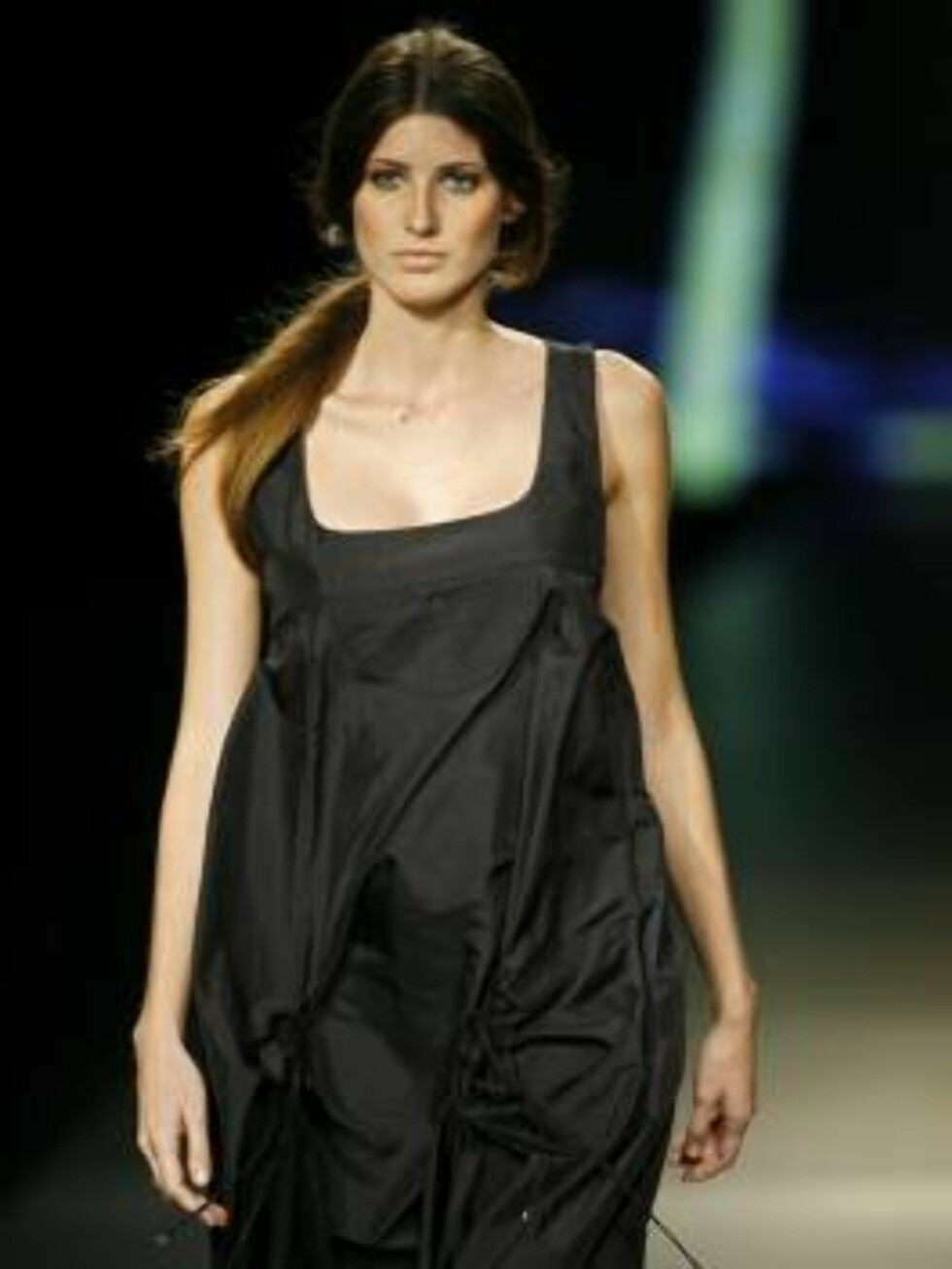 A model shows a design of  Osklen's collection during the Sao Paulo Fashion Week in Sao Paulo, Brazil,  Friday, July 14, 2006. (AP Photo/Andre Penner) Foto: AP/Scanpix