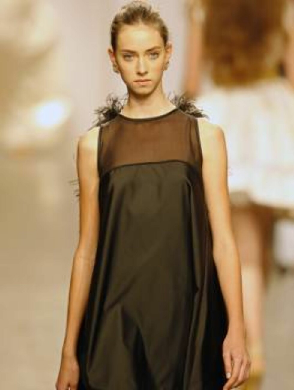 A model shows a design of  Fause Hatens`s collection during the Sao Paulo Fashion Week in Sao Paulo, Brazil,  Friday, July 14, 2006.   (AP Photo/Andre Penner) Foto: AP/Scanpix
