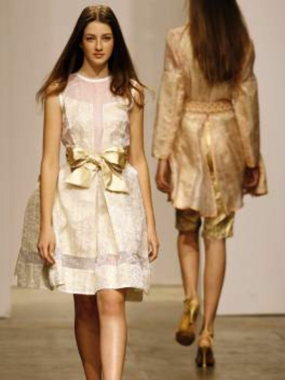 A model shows a design of  Fause Hatens's collection during the Sao Paulo Fashion Week in Sao Paulo, Brazil,  Friday, July 14, 2006. (AP Photo/Andre Penner) Foto: AP