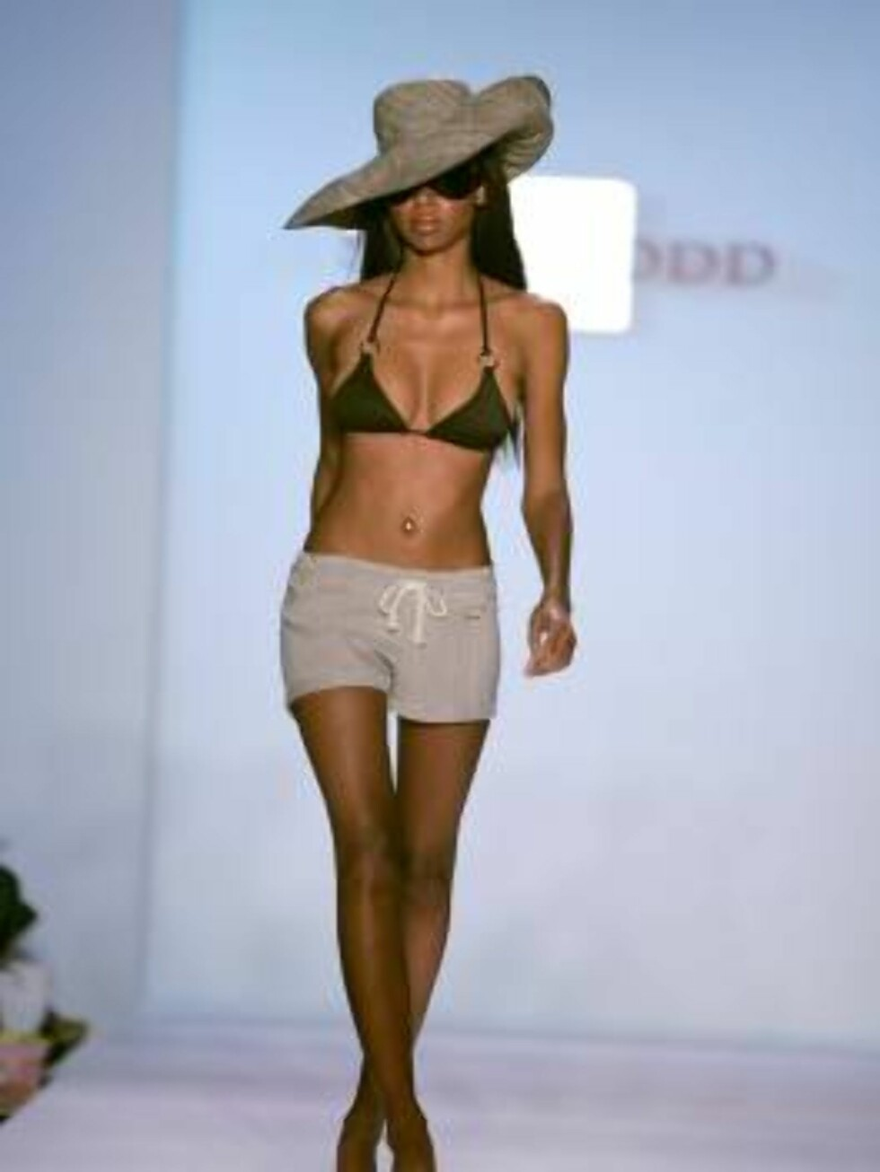 <strong>MIAMI - JULY 18:</strong>  A model walks the runway at the Shay Todd Summer 2007 fashion show during the Sunglass Hut Swim Shows Miami in the Cabana Grande tent at the Raleigh Hotel on July 18, 2006 in Miami, Florida.  (Photo by Carlo Allegri/Getty Images for IMG) Foto: All Over Press