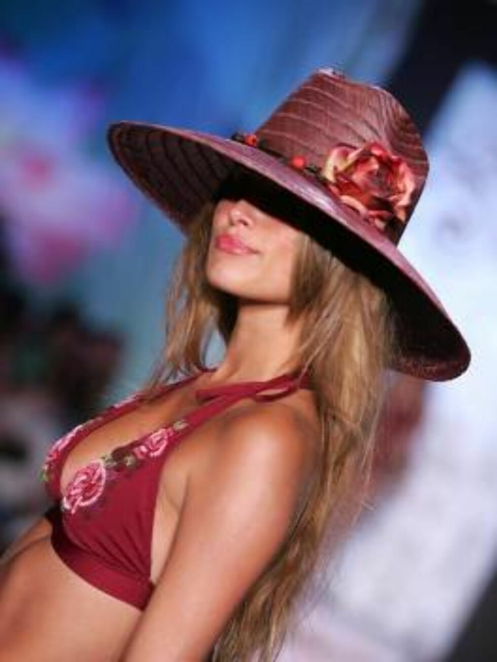 <strong>MIAMI - JULY 17:</strong>  A model walks the runway at the Becca Summer 2007 fashion show during the Sunglass Hut Swim Shows Miami in the The Beachway tent at the Raleigh Hotel on July 17, 2006 in Miami, Florida.  (Photo by Carlo Allegri/Getty Images for IMG)  * S Foto: All Over Press