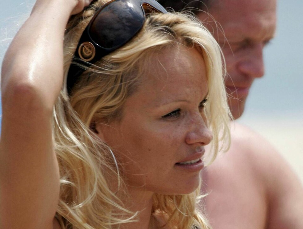 EXCLUSIVE : PAMELA ANDERSON LEAVES HER YAGHT TO GO TO NIKKI BEACH.SHE FALLED DOWN WITH HER BAG FROM THE ANNEX BOAT. PAMELA  GOT WET BUT KEPT HER FABULOUS SMILE AS SHESTAND UP FROM THE WATER. PARIS JULY 13TH 2006 EXCLUSIVE Foto: KCS PRESSE