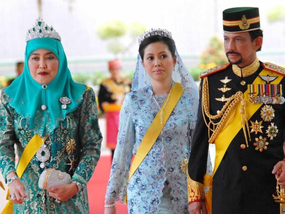 MED TO KONER: Sultanen av Brunei kommer til festen i Istana-palasset med sine to hustruer, førstekona dronning Haja Saleha (t.v) og sin nye kone dronning Azrina. Foto: Stella Pictures