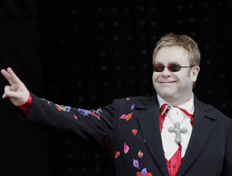 BLE UVENNER: Elton John  (59)- som også er homofil- skal tidligere ha bedt kompisen George Michael komme seg mere ut. Men rådet ble nok fulgt litt for godt... Foto: AP