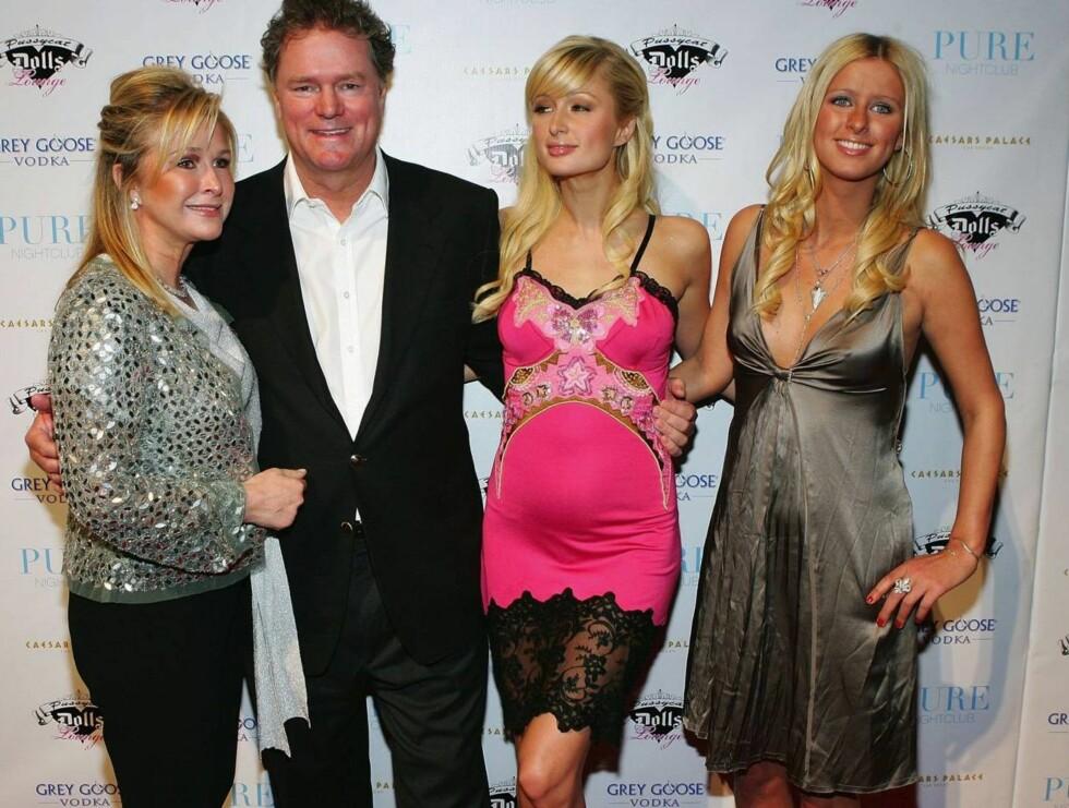 <strong>HOTELLFAMILIE:</strong> Paris og Nicky med foreldrene Kathy og Rick, som eier den store hotellkjeden Hilton. Foto: All Over Press
