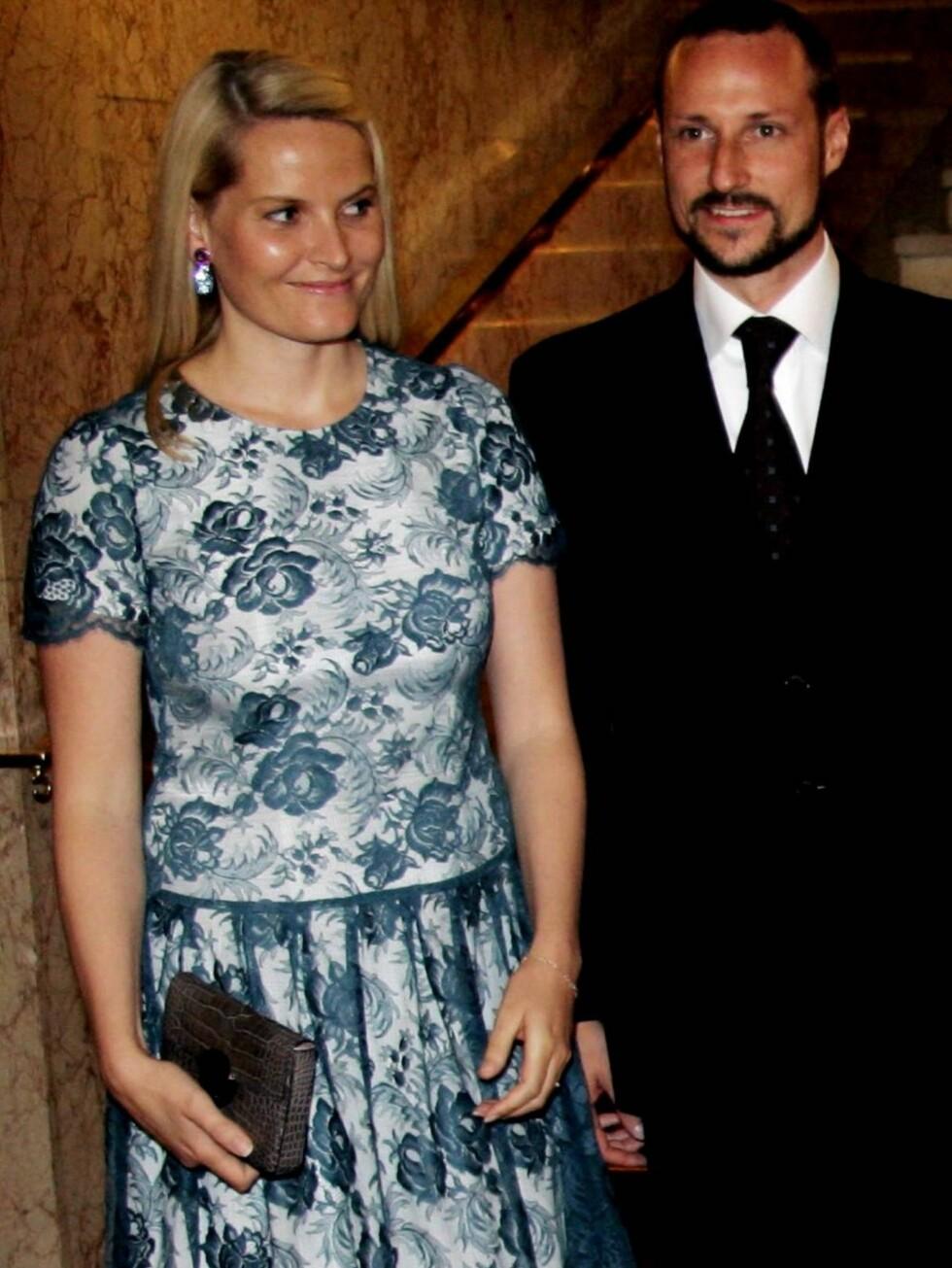 FIKK REAKSJONER: I følge svenskene ser Mette-Marits kjole ut som om den kommer fra Coops lagersalg. Hva syns du? Foto: SCANPIX