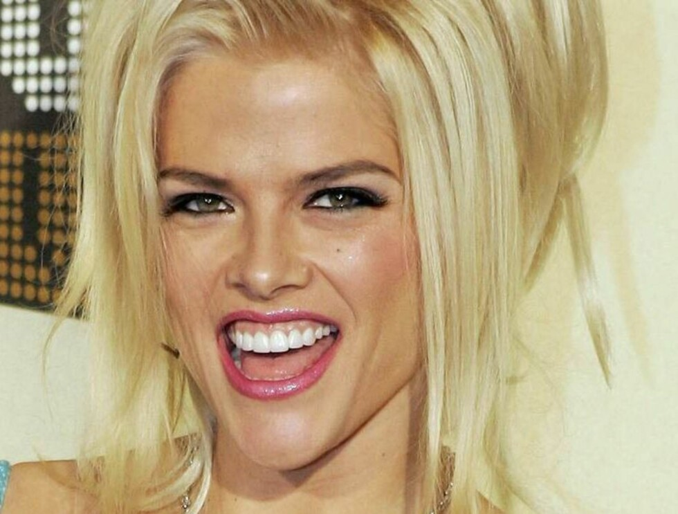 "** FILE ** Anna Nicole Smith poses for a photo as she arrives for the VH1 ""Big in '04"" awards, in this Dec. 1, 2004, file photo taken in Los Angeles. The 9th U.S. Circuit Court of Appeals ruled, Thursday, Dec. 30, 2004, that a Texas probate court's decisi Foto: AP"