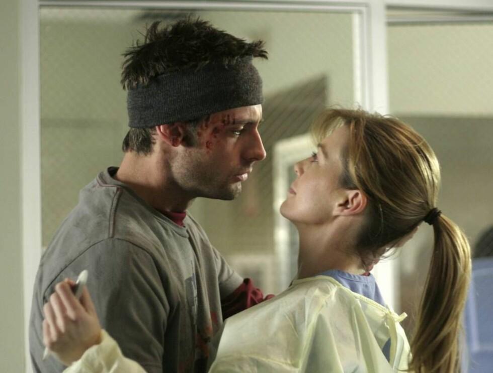 FEBERHETT: Unge Meredith Grey (t.h.) er en av de ferske legene som får mer enn faglige utfordringer på det prestisjetunge sykehuset i Seattle.