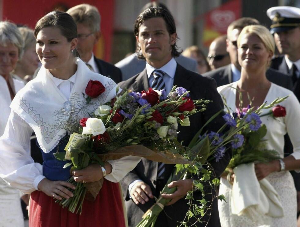 SØSKENTOG: Victoria feiret sin 29 års-dag sammen med  Carl Philip, Madeleine og flere tusen mennesker på Borgholms idrettsplass på Öland. Foto: All Over Press