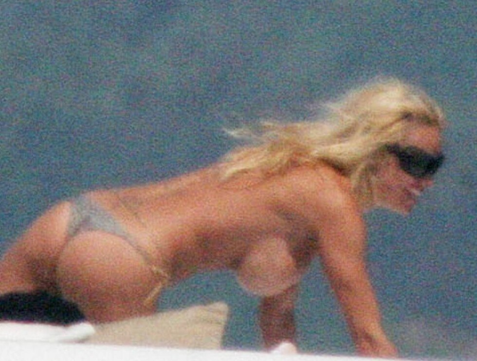 FRAMTUNG: Pamela lot overdelen falle da hun solte seg på luksusyachten. Foto: Stella Pictures