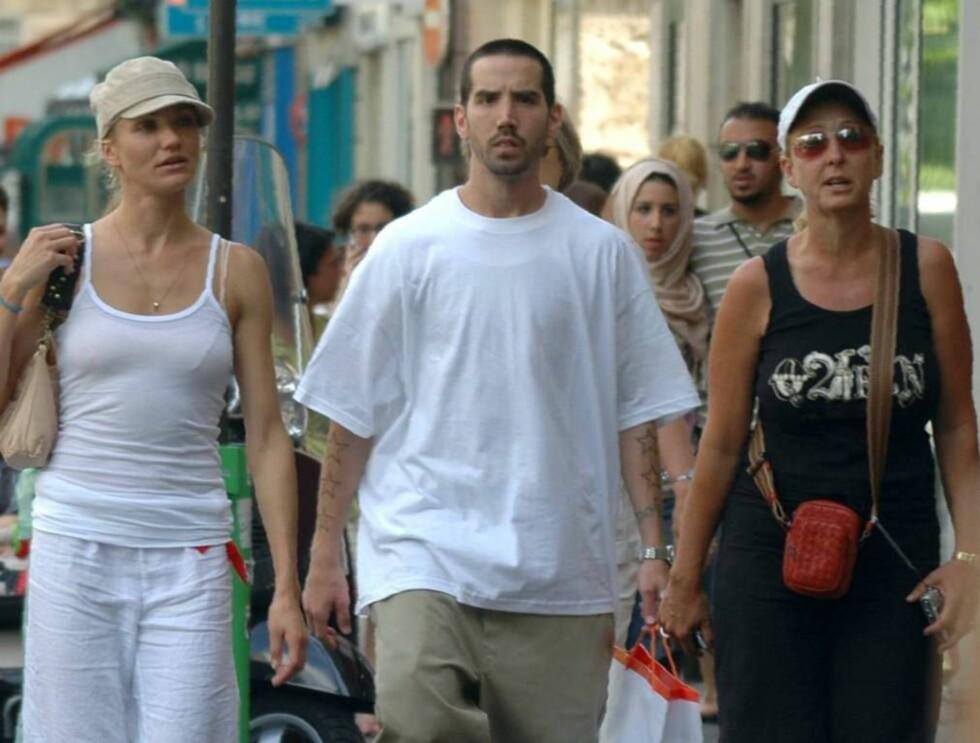 TURISTER: Frøken Diaz og fru Timberlake ble passet godt på av en relativt stor mann. Foto: All Over Press