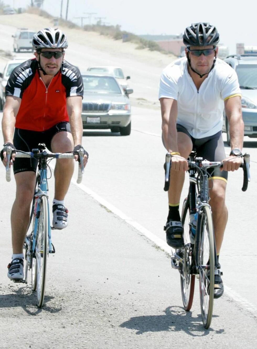 PÅ HJUL: Selv om kjekkasen Jake Gyllenhaal er i god form, dro Lance Armstrong lett i fra. Foto: All Over Press