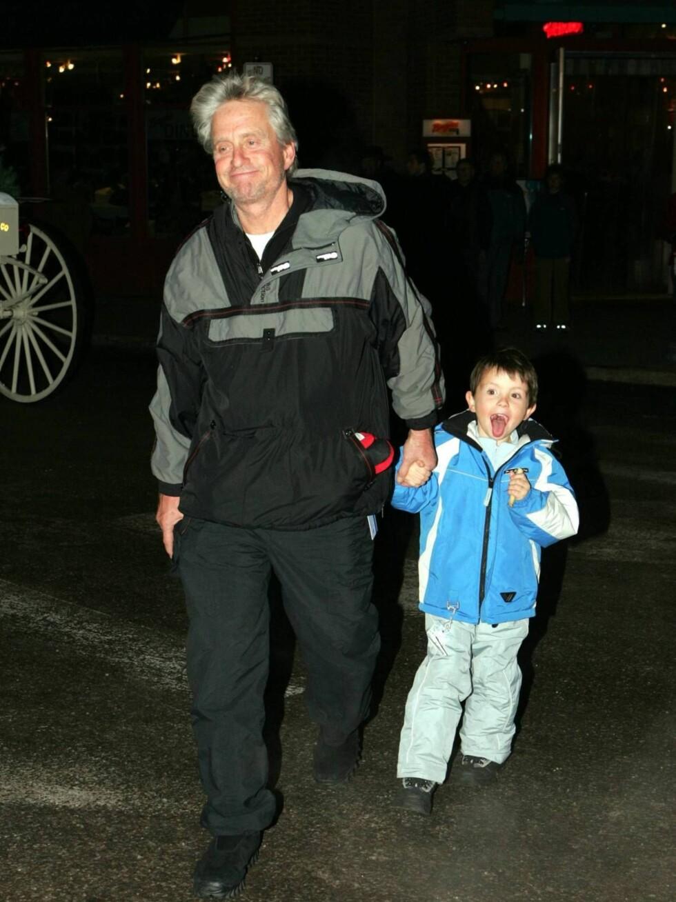 HJALP Faren: Vesle Dylan var ikke sen, da pappa ba ham tisse på ryggen hans... Foto: All Over Press