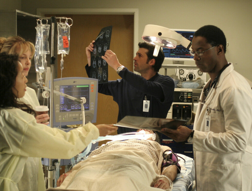 "102004_9580 -- GREY'S ANATOMY - ""Winning a Battle, Losing the War"" - When the annual bicycle messenger race takes place in Seattle, the hospital emergency room fills with an assortment of injuries, causing the interns to compete for the most severe cases. Foto: ABC, INC."