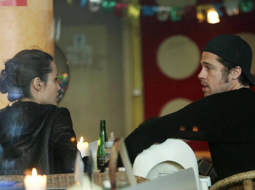 MYE Å SNAKKE OM: Angelina Jolie liker dårlig at Brad Pitt pleier kontakten med ex-kona... Foto: All Over Press