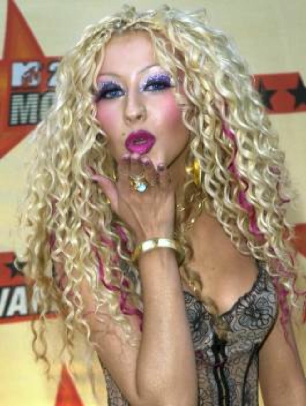 Singer Christina Aguilera blows a kiss for photographers as she arrives for the 2001 MTV Movie Awards in Los Angeles, Saturday, June 2, 2001.  The winners for the awards show, scheduled to air June 7, were chosen through a national poll of MTV viewers. (A Foto: AP/Scanpix