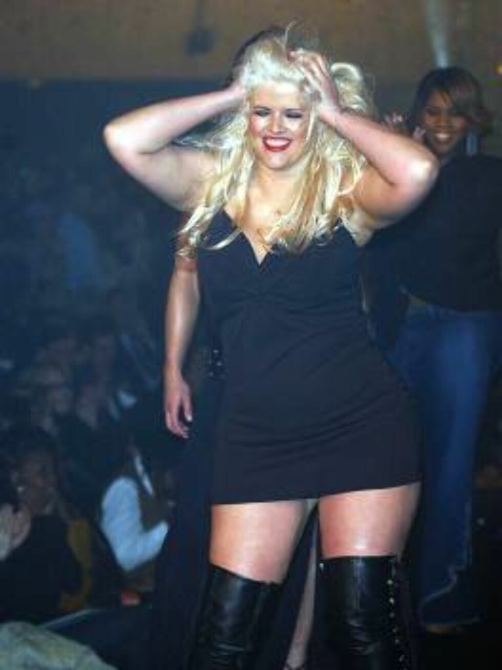 400618 02:  (ITALY OUT)  Plus-size model Anna Nicole Smith performs on the runway during the Lane Bryant Lingerie Fashion Show February 5, 2002 in New York City.  (Photo by Arnaldo Magnani/Getty Image) ALL OVER PRESS Foto: All Over Press
