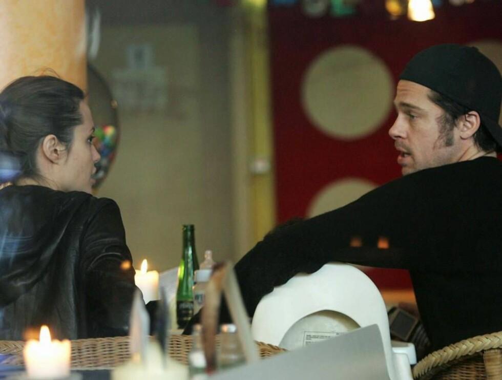 PÅ CAFÈ: Angelina og Brad har hatt nok å snakke om den siste tiden. Ikke minst forholdet til hennes far. Foto: All Over Press/Getty