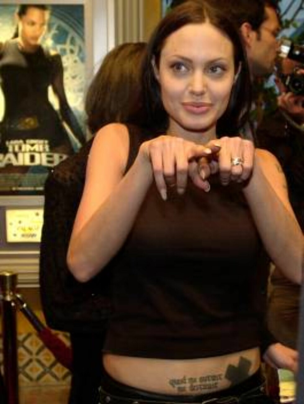 """Actress Angelina Jolie, who stars in the new film, """"Lara Croft: Tomb Raider,"""" points to photographers during the world premiere of the film at the Mann Village Theater in Los Angeles, Monday, June 11, 2001. (AP Photo/Chris Pizzello) Foto: AP/Scanpix"""