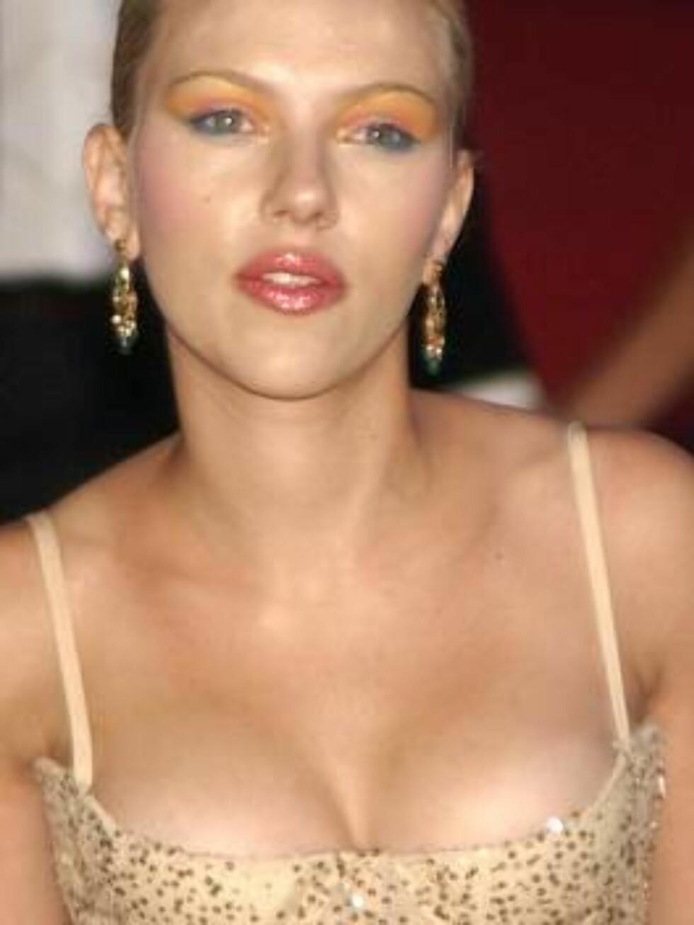 U.S. actress Scarlett Johansson arrives at the Brit music awards in London, Tuesday Feb. 17, 2004.(AP Photo/Max Nash) Foto: AP/Scanpix