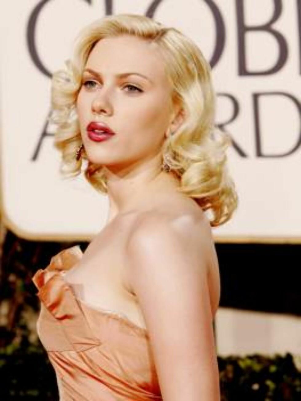 Scarlett Johansson arrives for the 62nd Annual Golden Globe Awards on Sunday, Jan. 16, 2005, in Beverly Hills, Calif. (AP Photo/Kevork Djansezian) Foto: AP/Scanpix