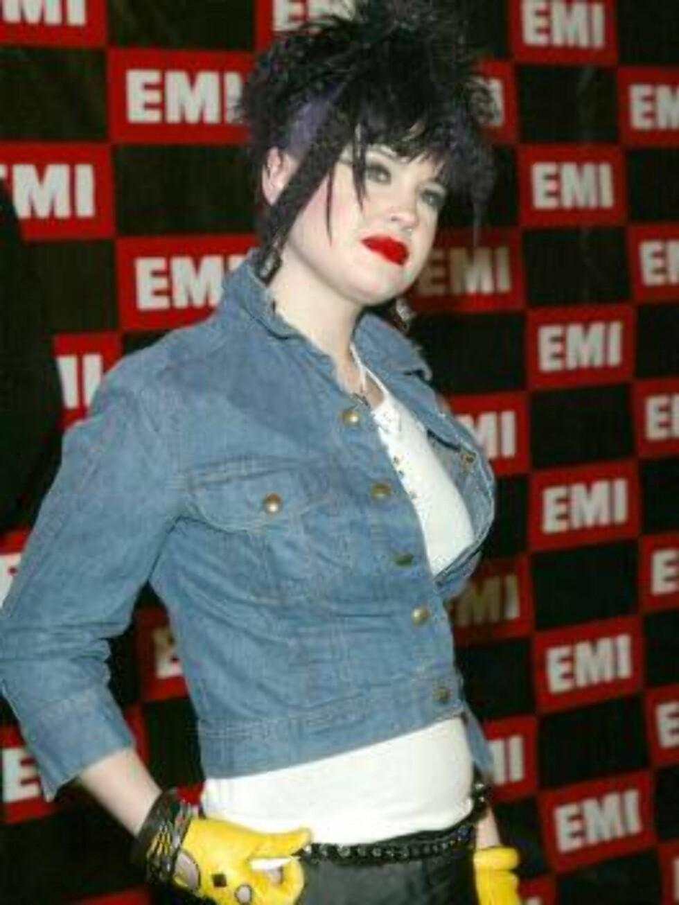 At dette er datteren til rockestjernen Ozzy Osbourne, er godt synlig. Kelly har alltid kjørt sin egen stil, men det kreppede håret og de gule kjørehanskene var vel litt i overkant? Foto: AP/Scanpix