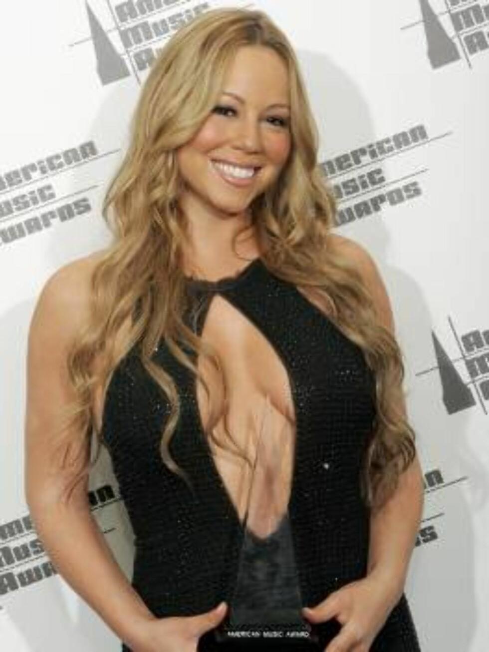 Mariah Carey holds the award for favorite soul /rhythm & blues female artist at the 33rd annual American Music Awards in Los Angeles on Tuesday, Nov. 22, 2005. (AP Photo/Kevork Djansezian) Foto: AP/Scanpix