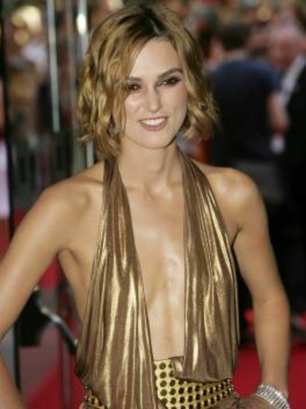 """LONDON - JULY 03:  (UK TABLOID NEWSPAPERS OUT)  Actress Keira Knightley arrives at the European Premiere of """"Pirates Of The Caribbean: Dead Man's Chest"""" at Odeon Leicester Square on July 3, 2006 in London, England.  (Photo by Dave Hogan/Getty Images) *** Foto: All Over Press"""