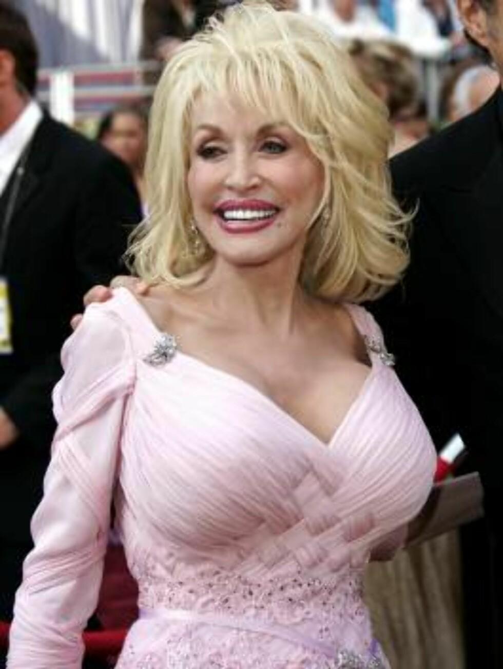 SVAR: Hvem andre enn Dolly Parton kunne det være..? Foto: AP/Scanpix