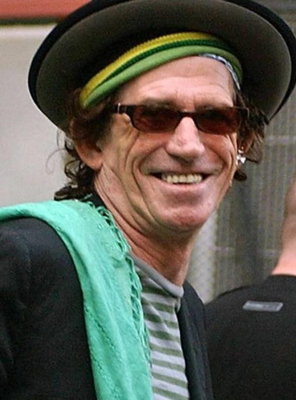 SHIP OHOI: Keith Richards er klar til å entre skuta. Han trenger knapt å skifte til kostyme.... Foto: AP/Scanpix