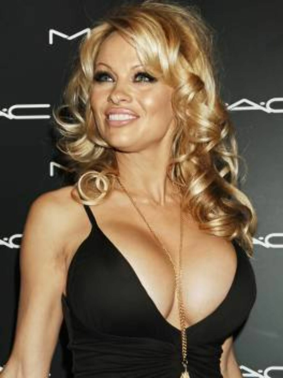 Pamela Anderson arrives for the Makeup Art Cosmetics (MAC) Chinese New Year party and kick off event for the Olympus Fashion week,Thursday, Feb. 2, 2006, in New York. (AP Photo/ Louis Lanzano) Foto: AP/Scanpix