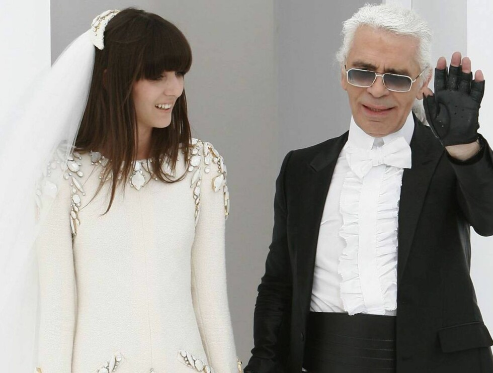 SVART OG HVITT: Lagerfeld kom ut på catwalken for å motta publikums hyllest. Foto: All Over Press