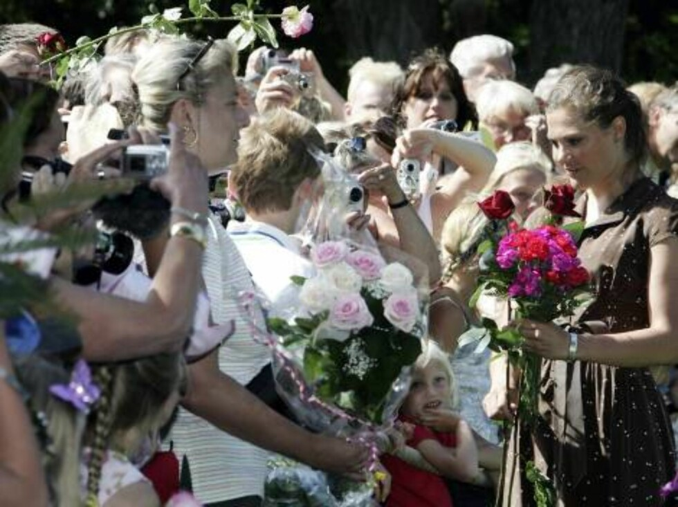 STOCKHOLM, SWEDEN - JULY 14:  Princess Victoria of Sweden poses for pictures as she meets with the crowd to celebrate her Birthday at the Castle of Sollidens on July 14, 2006 in Borgholm, Sweden. (Photo by Pascal Le Segretain/Getty Images) *** Local Capti Foto: All Over Press