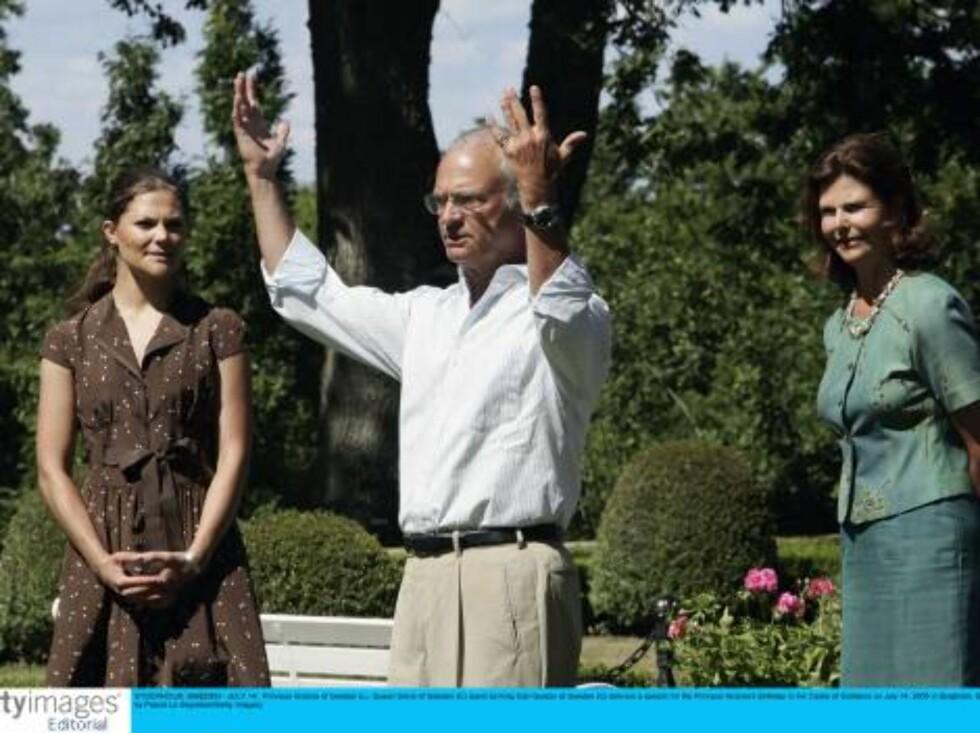 STOCKHOLM, SWEDEN - JULY 14:  Princess Victoria of Sweden (L), Queen Silvia of Sweden (C) stand as King Carl Gustav of Sweden (C) delivers a speach for the Princess Victoria's Birthday in the Castle of Sollidens on July 14, 2006 in Borgholm, Sweden.  (Pho Foto: All Over Press