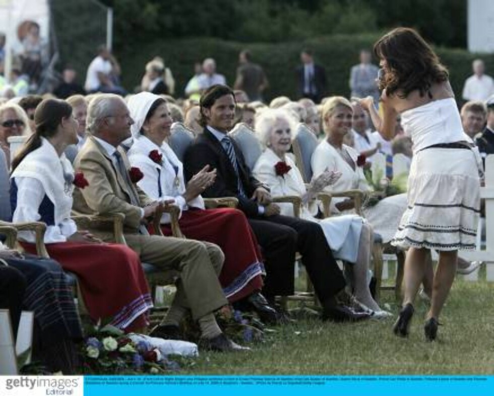 STOCKHOLM, SWEDEN - JULY 14:  (From Left to Right) Singer Lena Philipson performs in front of Crown Princess Victoria of Sweden, King Carl Gustav of Sweden, Queen Silvia of Sweden, Prince Carl Philip of Sweden, Princess Liliane of Sweden and Princess Made Foto: All Over Press