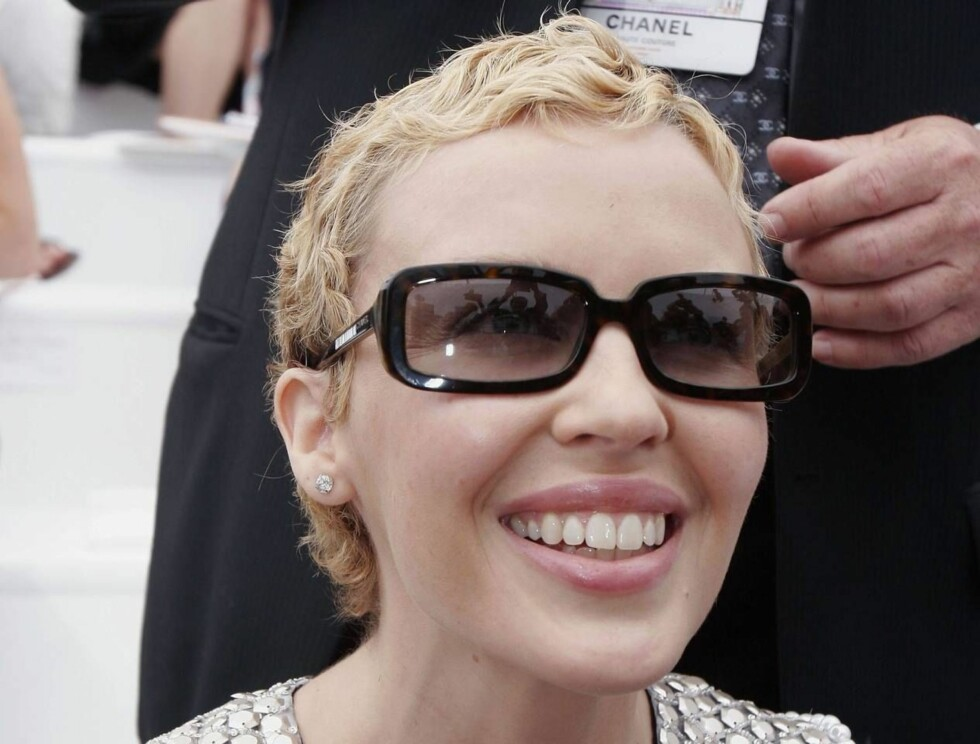 SMILER IGJEN: En korthåret Kylie Minogue smilte fra øre til øre over den overveldende mottakelsen hun fikk fra publikum. Foto: All Over Press