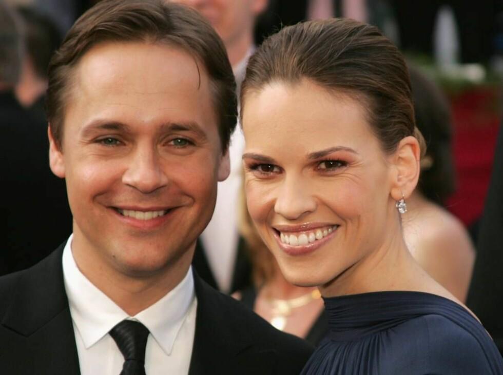 SKILLES: Chad Lowe og Hilary Swank går hver sin vei etter åtte års ekteskap. De har ingen barn, men to papegøyer... Foto: All Over Press