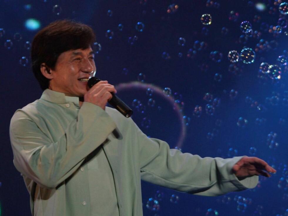 "NANJING, CHINA - JUNE 24: (CHINA OUT) Hong Kong action star Jackie Chan (L) performs with Korean star Jang Nara during his ""Jackie Chan and His Friends"" concert on June 24, 2006 in Nanjing of Jiangsu Province, China. (Photo by China Photos/Getty Images) * Foto: All Over Press"