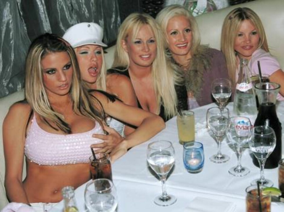 WEST HOLLYWOOD, CA - JULY 31: ***EXCLUSIVE*** Playboy model Jordan (L) poses with playmates at the Las Palmas club July 31, 2002 in West Hollywood, California. (Photo by David Klein/Getty Images)   - Original Filename: 408640_02_jordan.JPG - SPECIAL INS Foto: All Over Press