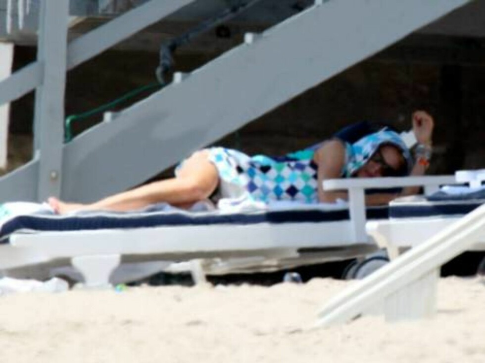 Just turned 20, Lindsay Lohan sunbathing after het night long birthday party July 3, 2006 X17agency exclusve Foto: All Over Press