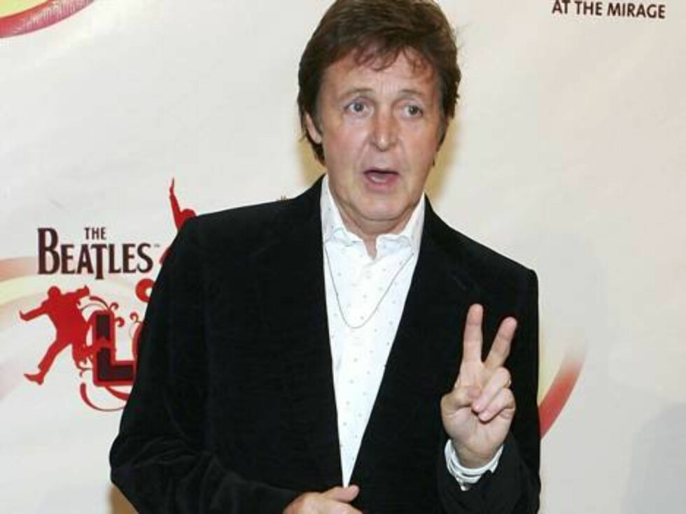 "LAS VEGAS - JUNE 30:  Musician Sir Paul McCartney, of the Beatles, arrives at the gala premiere of ""The Beatles LOVE by Cirque du Soleil"" at the Mirage Hotel & Casino June 30, 2006 in Las Vegas, Nevada.  (Photo by Ethan Miller/Getty Images) *** Local Capt Foto: All Over Press"