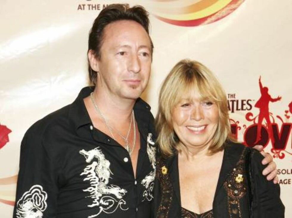"LAS VEGAS - JUNE 30:  Musician Julian Lennon, John Lennon's son, and his mother Cynthia arrive at the gala premiere of ""The Beatles LOVE by Cirque du Soleil"" at the Mirage Hotel & Casino June 30, 2006 in Las Vegas, Nevada.   (Photo by Ethan Miller/Getty I Foto: All Over Press"