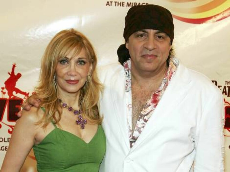 "LAS VEGAS - JUNE 30: Musician Steven Van Zandt and his wife Maureen arrive at the gala premiere of ""The Beatles LOVE by Cirque du Soleil"" at the Mirage Hotel & Casino June 30, 2006 in Las Vegas, Nevada.   (Photo by Ethan Miller/Getty Images) *** Local Cap Foto: All Over Press"