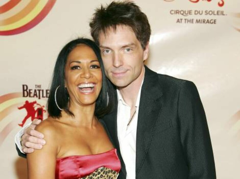 "LAS VEGAS - JUNE 30: Musicians Sheila E and Richard Marx, of Ringo's All Starr Band, arrive at the gala premiere of ""The Beatles LOVE by Cirque du Soleil"" at the Mirage Hotel & Casino June 30, 2006 in Las Vegas, Nevada.  (Photo by Ethan Miller/Getty Image Foto: All Over Press"