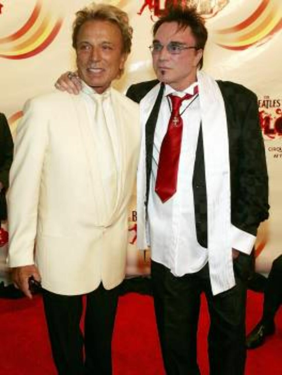 "LAS VEGAS - JUNE 30:  Magicians Siegfried Fischbacher (L) and Roy Horn arrive at the gala premiere of ""The Beatles LOVE by Cirque du Soleil"" at the Mirage Hotel & Casino June 30, 2006 in Las Vegas, Nevada.  (Photo by Ethan Miller/Getty Images) *** Local C Foto: All Over Press"